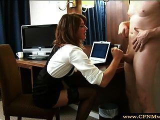 femdom باستخدام القدمين لfootjob