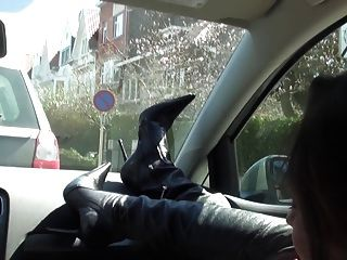 الكلبة الغنية في السيارة عارية تحت خندق والأحذية العالية الفخذ
