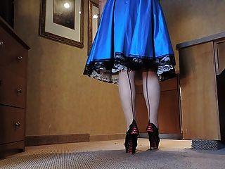 راي سيسي في الزرقاء ثوب الحرير في المطبخ