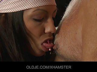 شابة عاملة التنظيف سخيف لها رئيسه القديم