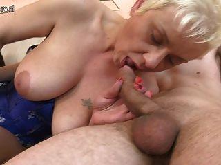 مارس الجنس عمة ناضجة في الحمار من قبل صبي صغير