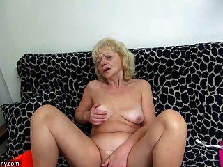 شاب الساخنة سخيف الجدة لطيفة جدا مع حزام على