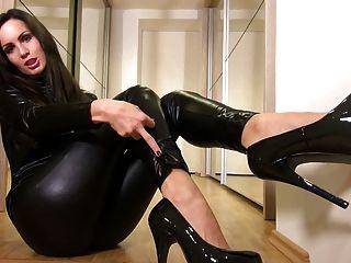فاتنة مثير في المطاط catsuit سوداء لامعة