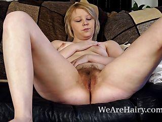 يلعب danniella مع بوسها شعر على الأريكة