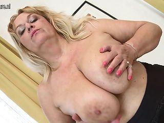 الجدة مع كبير الثدي وجمل حلق