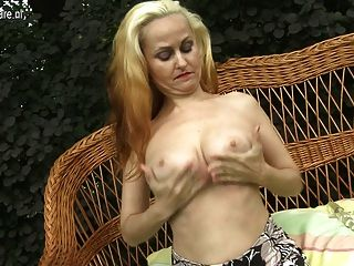 الأم الساخنة شقراء اللعب مع بوسها الرطب في الحديقة