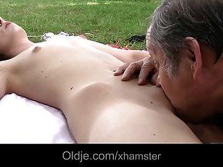 الشباب في سن المراهقة امرأة سمراء الملاعين مع أولدمان الدهون