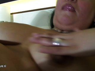 ناضجة وقحة أمي اللعب على سريرها مع دسار