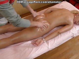 الشقراء الساخنة خام تدليك ومارس الجنس من الصعب من قبل المدلك لها
