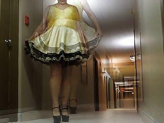 راي سيسي في ممر الفندق في ثوب سيسي والكعب مثير