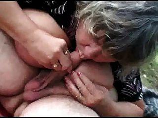 زوجين من كبار السن مع سن المراهقة مطيع الجنس في الهواء الطلق