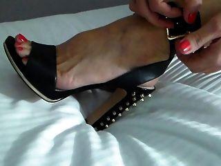 مقلاع زوجة يضع الأحذية على ليلة الحزب!