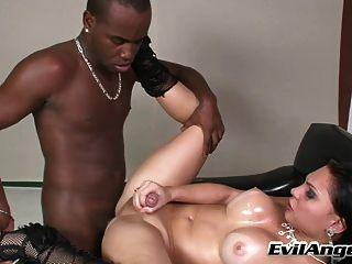 مخنثين الساخنة امتص ومارس الجنس من قبل الرجل الأسود