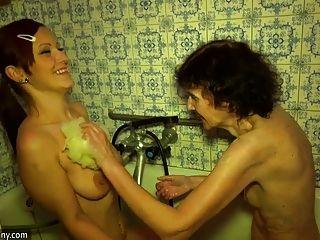 الجدة وstepgranddaughter يستحم في حوض الاستحمام