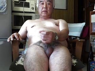 اليابانية القديمة القذف رجل الاستمناء في المطبخ