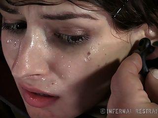 خجولة امرأة سمراء الثدي الصغيرة في الألم عبودية