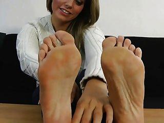 يظهر ايزي قدميها مثير