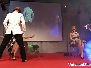 اثنين من المتعريات الذكور الرقص القذرة على المسرح