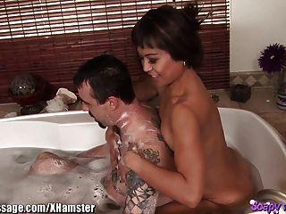 حمام مدلكة الآسيوية واللسان