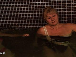 السيدات الناضجة في الاستحمام والساونا