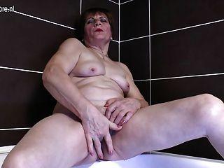 جدة القذرة استمناء في الحمام
