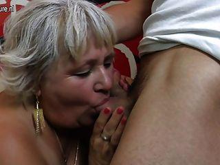 الجدة مشعر مص وسخيف لها قبالة الحمار