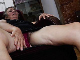 الجدة مارس الجنس من قبل اثنين من مثليات الشابة