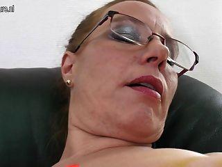 أمي نردي مع العضو التناسلي النسوي القديم والثدي المترهل
