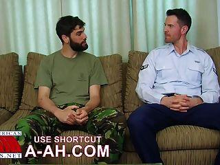 جندي بريطاني يحصل الحمار قصف من قبل جندي أمريكي