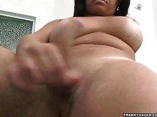 امرأة سمراء ترانزيستور فاتنة اللعب مع herselfv