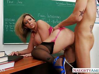 المعلم الجبهة سارة جاي طالب اللعنة