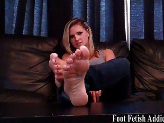 مص أصابع قدمي بيضاء مثالية