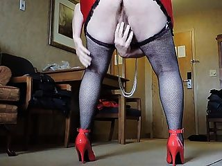راي سيسي في تنورة قصيرة حمراء وسوداء جوارب شبكة صيد السمك