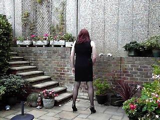 trannie دية فستان wanking في الحديقة