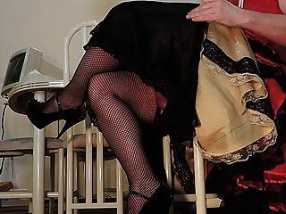 راي سيسي في اللباس وشبكة صيد السمك جوارب حمراء