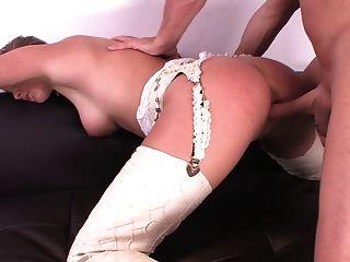تحصل مارس الجنس البريطاني نيكي وقحة من قبل رجل في أحذية رعاة البقر