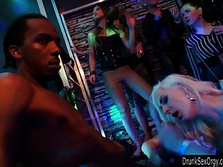 تحصل مارس الجنس فراخ سلوتي في النادي