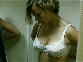 الممثلة الألمانية يزيل حمالة صدرها