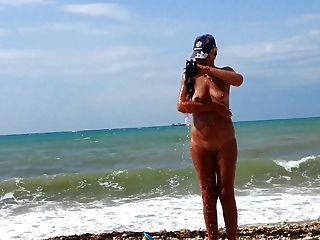 زوجتي على الشاطئ