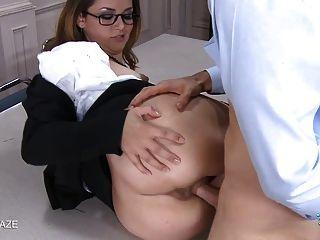 امرأة سمراء مع نظارات يحصل على الوجه فوضوي
