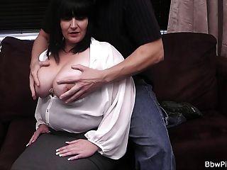 يتم اختيار امرأة سمراء كبيرة صعودا ومارس الجنس