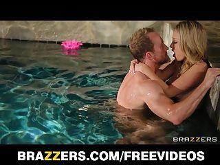 charlee مونرو يحصل عارية ومارس الجنس من الصعب في حوض السباحة