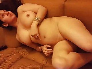 دس زوجة عارية على أريكة