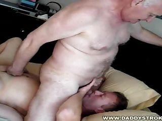 المنزل مرة أخرى بابا يحب الحصول على الصبي قبالة!