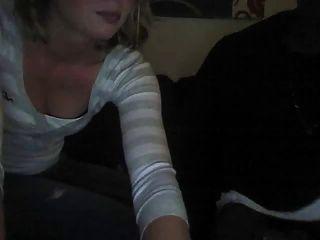 زوجة تمتص الديك الأسود في الأريكة