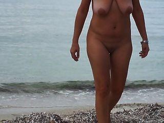 المشي على الشاطئ