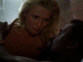 امرأة بيضاء شقراء مع رجل أسود الأعراق شهوانية