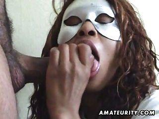 زوجة الهواة ملثمين تمتص الديك مع الوجه