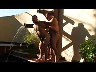 بابا والرجل سخيف في حمام السباحة