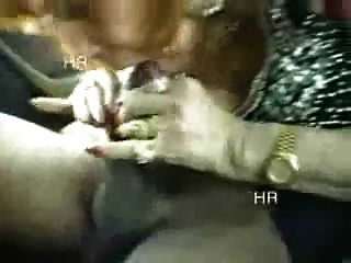 الهواة.الجدة الايطالية يلهون مع اثنين من الصبية في السيارة